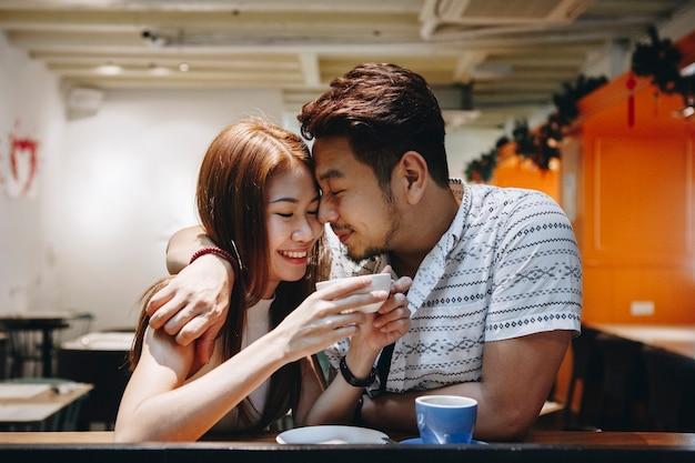 Couple charmant passer un bon moment ensemble