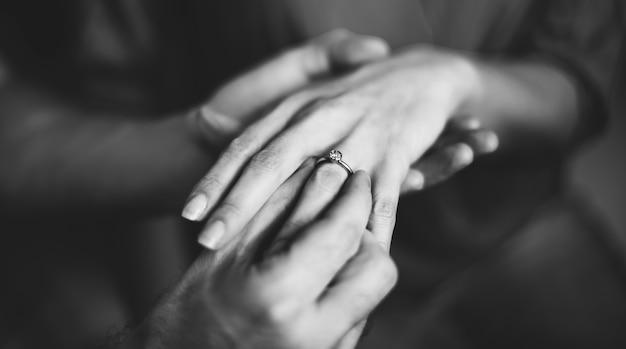 Couple charmant passer du temps de qualité ensemble