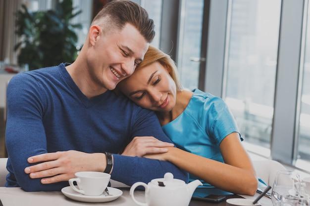 Couple charmant, petit déjeuner ensemble au restaurant