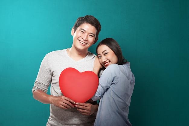 Couple charmant, tenant coeur rouge