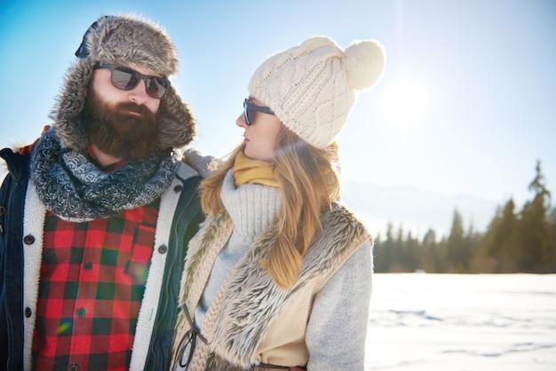 Couple chaudement vêtu dans les montagnes