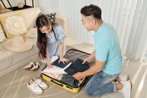 Couple de chaussures de montage dans une petite valise
