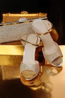 Couple de chaussures d'or sur un gros plan de fond d'or