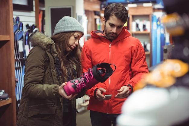 Couple de chaussures de sélection dans un magasin