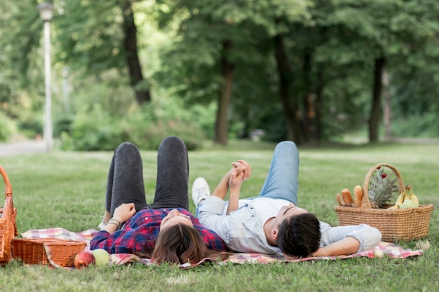 Couple cherchant dans le parc