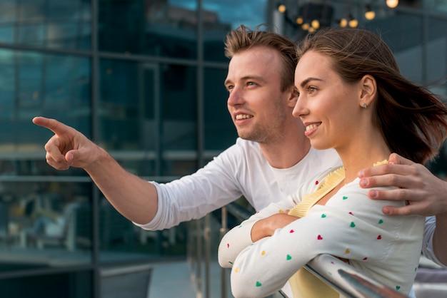 Couple cherche au loin