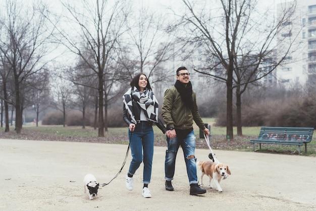 Couple avec des chiens