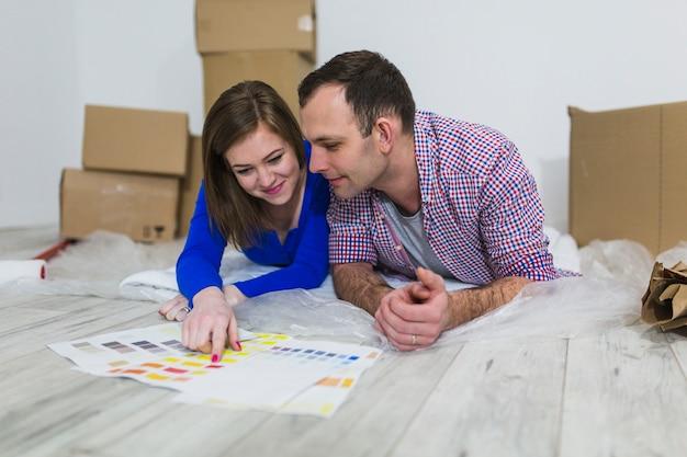 Couple, choisir, couleur, pour, décoration intérieure