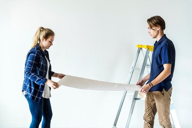 Couple choisissant maison papier peint