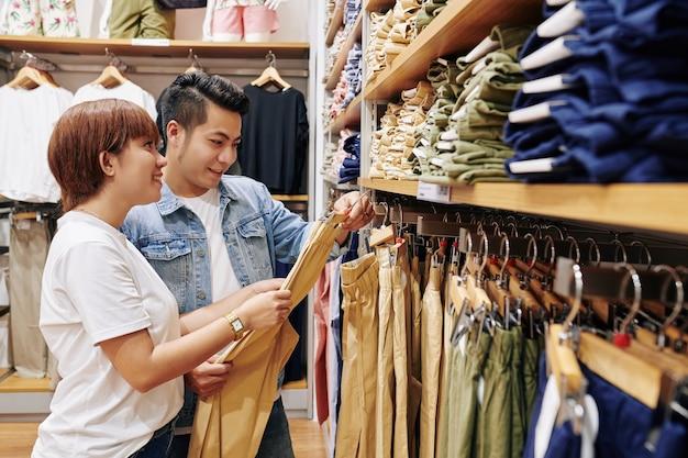 Couple choisissant un pantalon décontracté
