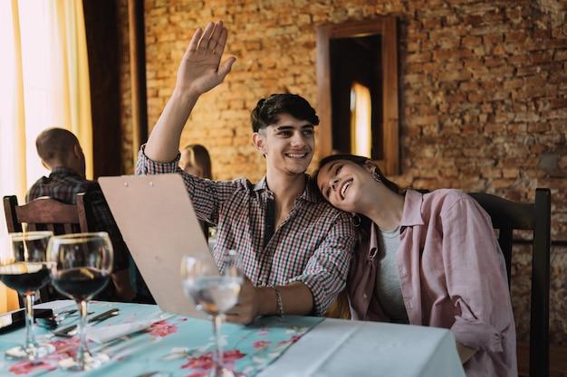 Couple choisit quelque chose à manger au restaurant. couple célèbre la saint-valentin.