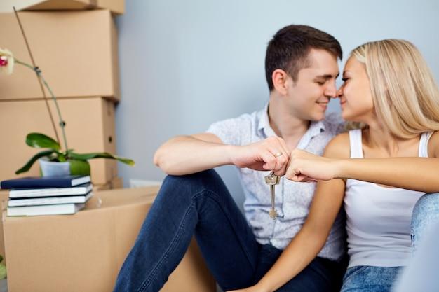 Couple avec clé dans un nouvel appartement pour une pendaison de crémaillère.