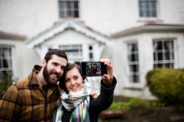 Couple en cliquant sur une photo depuis un téléphone mobile
