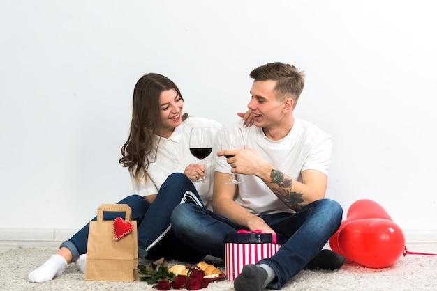 Couple, cliquetant, verres vin, plancher
