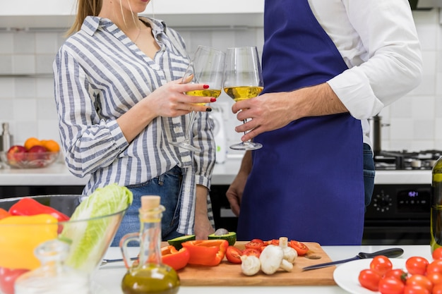 Couple, cliquetissant, verres vin, dans cuisine