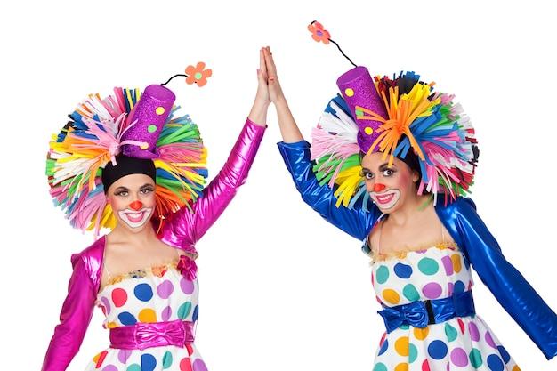 Couple de clowns drôles avec les mains jointes isolé sur fond blanc