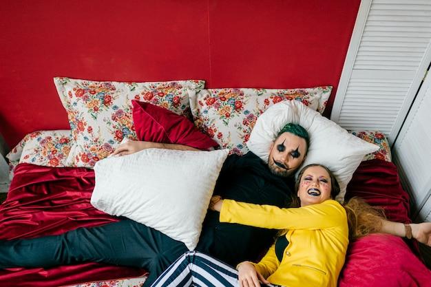 Un couple de clowns endormis