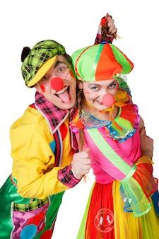 Couple de clowns heureux isolé sur fond blanc