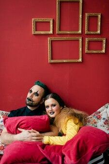 Un couple de clowns avec des oreillers