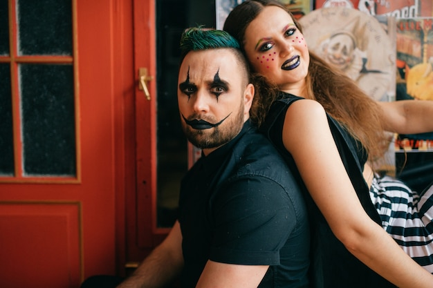 Un couple de clowns posant en studio
