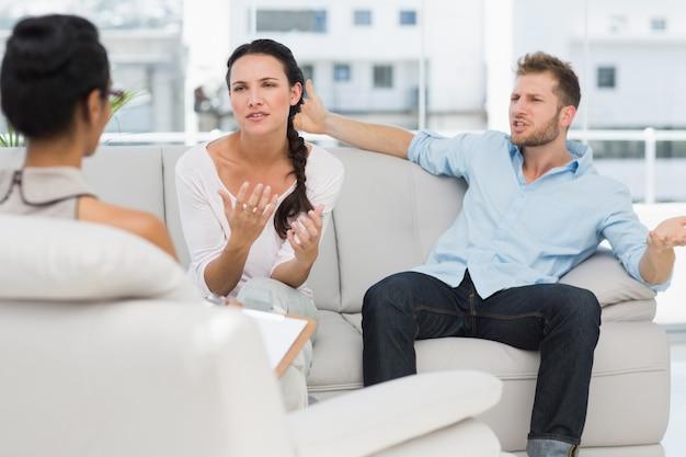Couple en colère parle à leur thérapeute