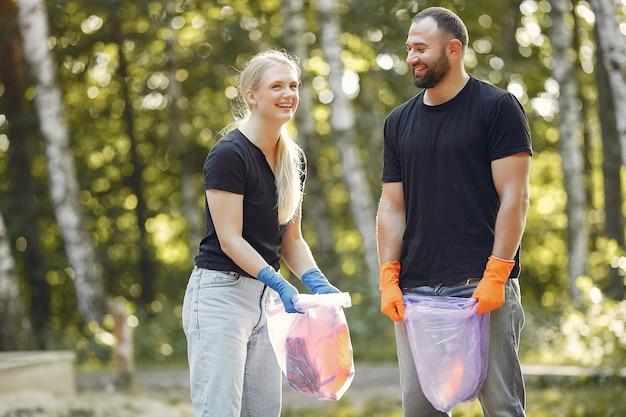 Couple, collecte, déchets, sacs poubelles, parc
