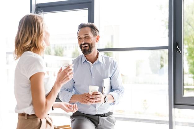 Couple de collègues heureux parlant