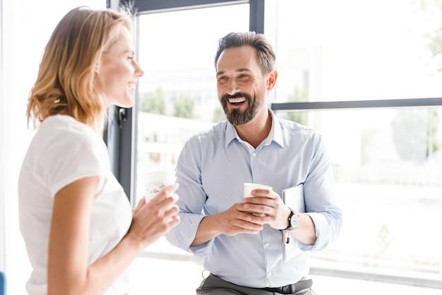 Couple de collègues joyeux parlant