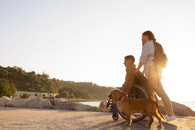 Couple complet voyageant ensemble
