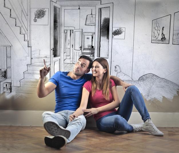 Couple conçoit la nouvelle maison ensemble
