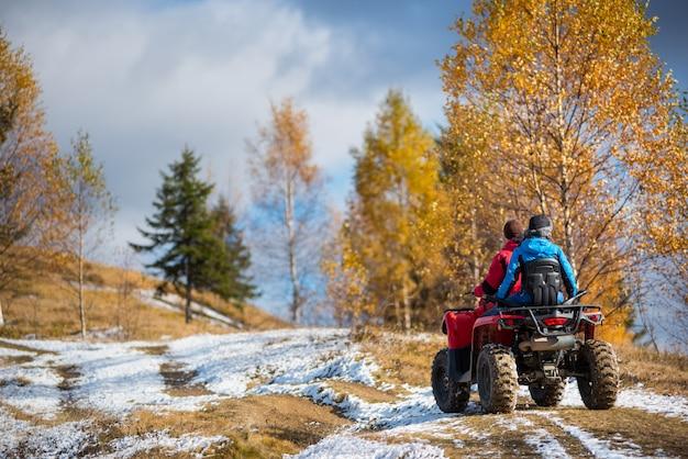 Couple conduisant un quad par une journée ensoleillée