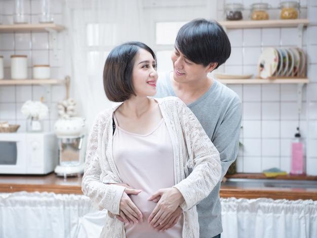 Couple, confection, forme coeur, sur, enceintes, ventre