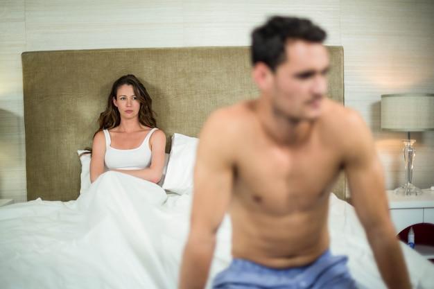 Couple contrarié assis après une dispute