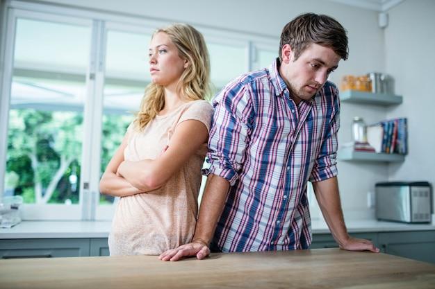 Couple contrarié ayant une dispute dans la cuisine