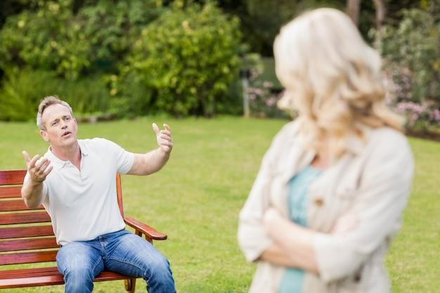 Couple contrarié ayant une dispute dans le jardin