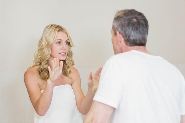 Couple contrarié ayant une dispute dans la salle de bain