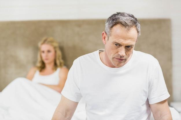 Couple contrarié se bouchant dans leur chambre