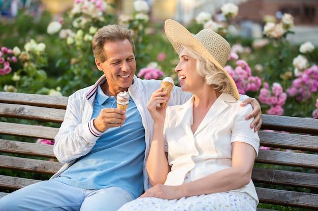 Couple avec cornet de crème glacée.
