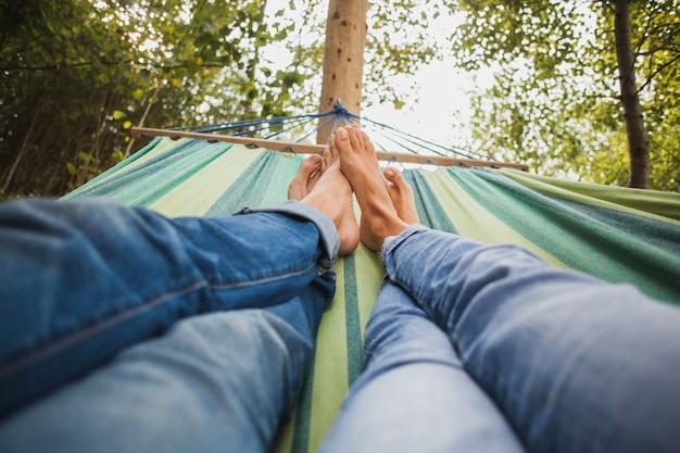 Couple, coucher dans hamac