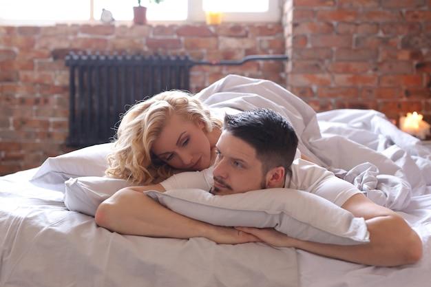 Couple, coucher lit, et, bavarder