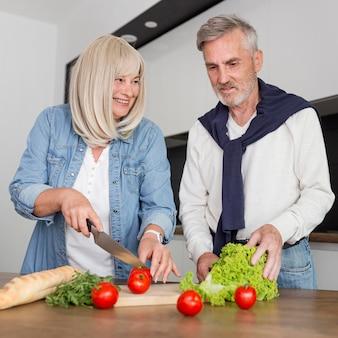 Couple coup moyen cuisiner ensemble