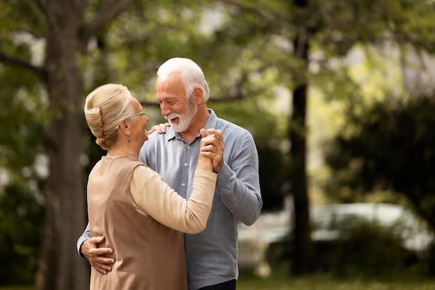 Couple coup moyen dansant à l'extérieur