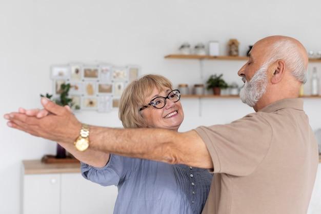 Couple coup moyen dansant à l'intérieur