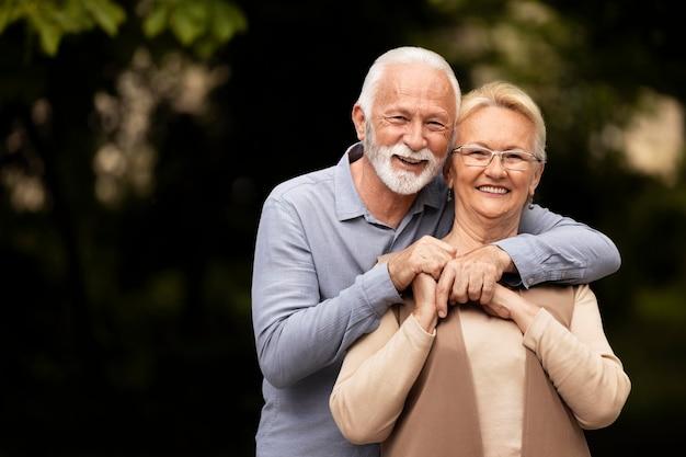 Couple coup moyen posant ensemble