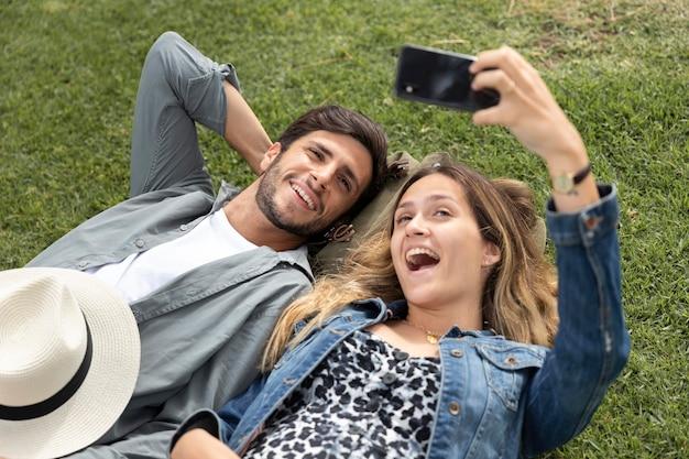 Couple coup moyen prenant des photos