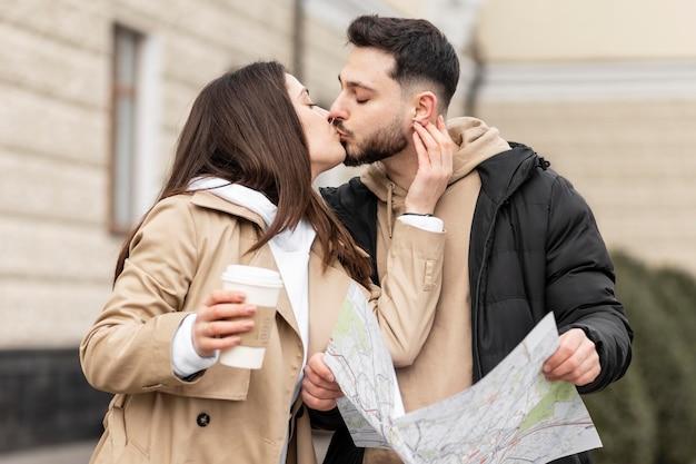 Couple coup moyen s'embrassant
