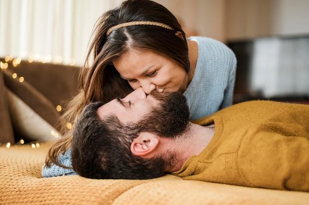 Couple coup moyen s'embrasser