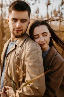Couple coup moyen avec les yeux fermés