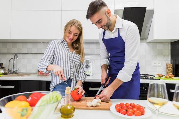 Couple, couper, legumes, sur, planche bois