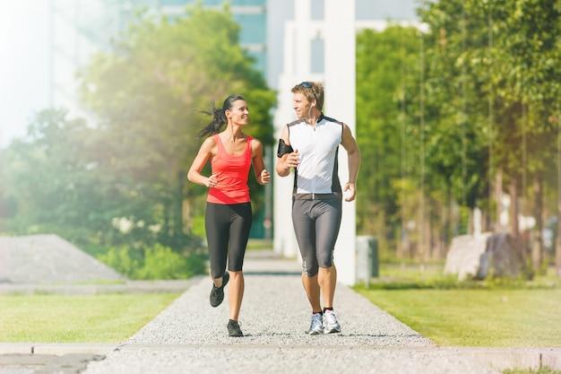 Couple courir dans la ville